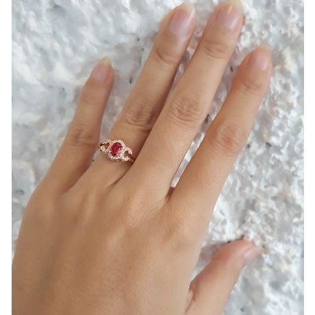 Bague de fiançailles en rubis diamants et or rose. Motifs bouclés