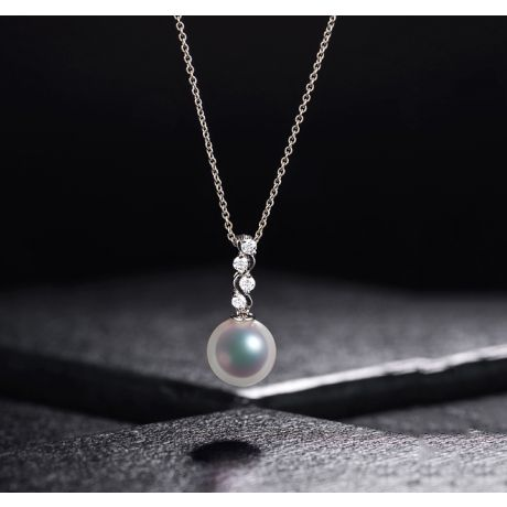 Pendentif et Boucles. Or blanc, Perles. Mya et la danse du serpent