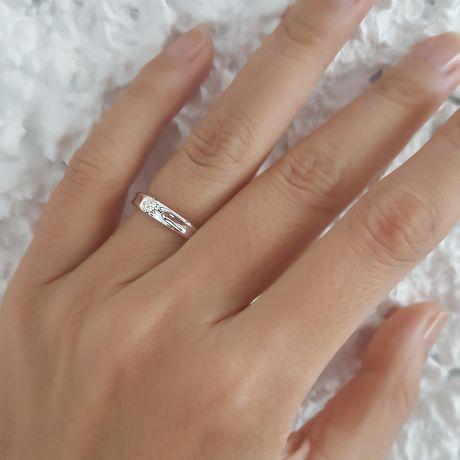 Fede Nuziale Olwen per Donna - Oro Bianco e Diamante Solitario