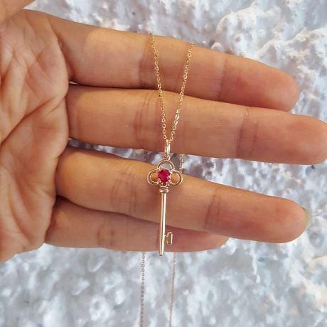 Ciondolo chiave in oro rosa - Rubino incastonato