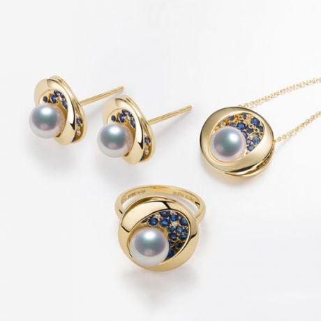Bague, Pendentif et Boucles d'Oreilles Seiza. Perles Akoya, Or jaune, diamants.