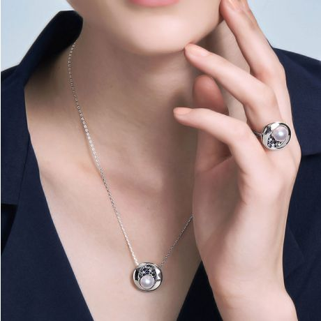 Ciondolo costellazione Seiza I Perla Akoya, diamante, zaffiro, oro bianco