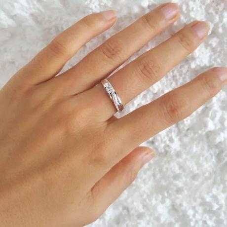 Alliance anneau de prestige. Union symbolique. Diamants, or blanc