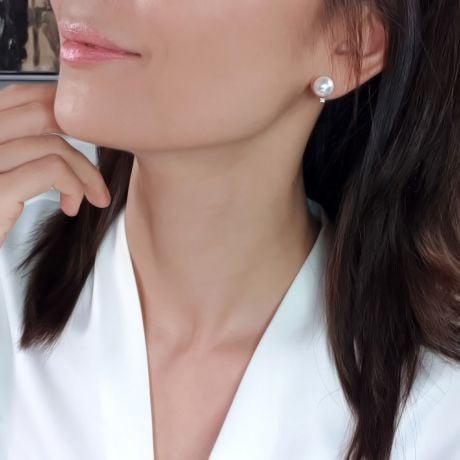 Boucles oreilles perles et puces diamants. Or blanc