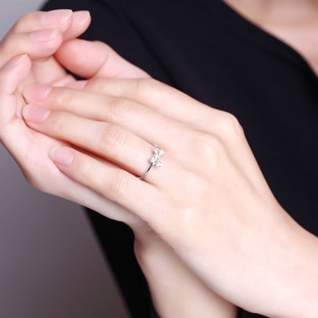 Bague petit noeud Or blanc 18cts. Diamants 0.080ct