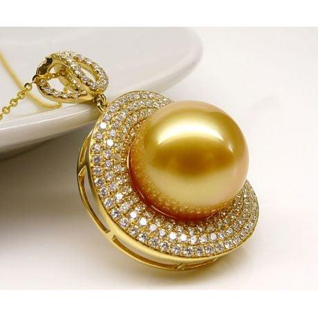Ciondolo altissima gioielleria. Oro giallo, perla dorata e diamanti