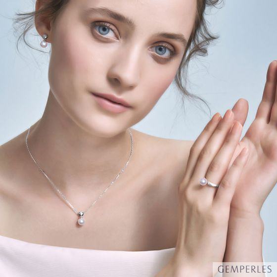 Pendentif, Bague et Pendants d'Oreilles Sarah Bernhardt. Perles Akoya, Or blanc, Diamants