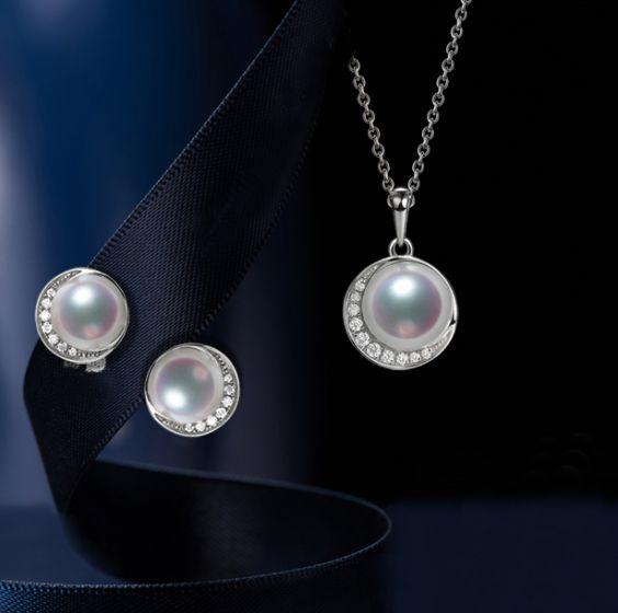 Pendentif et Boucles Hinata. Perles Akoya, Or blanc, diamants.
