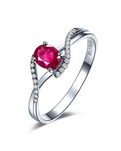 Bague rubis diamants en or blanc - Entre les doigts