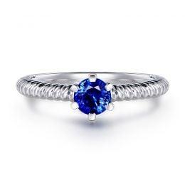 Bague or blanc monture torsadée. Saphir bleu 0.55ct