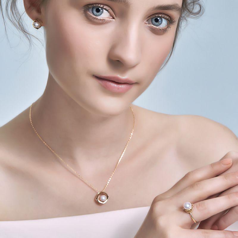 Pendentif, Bague et Boucles Coco Chanel. Perles Akoya, Or jaune, Diamants