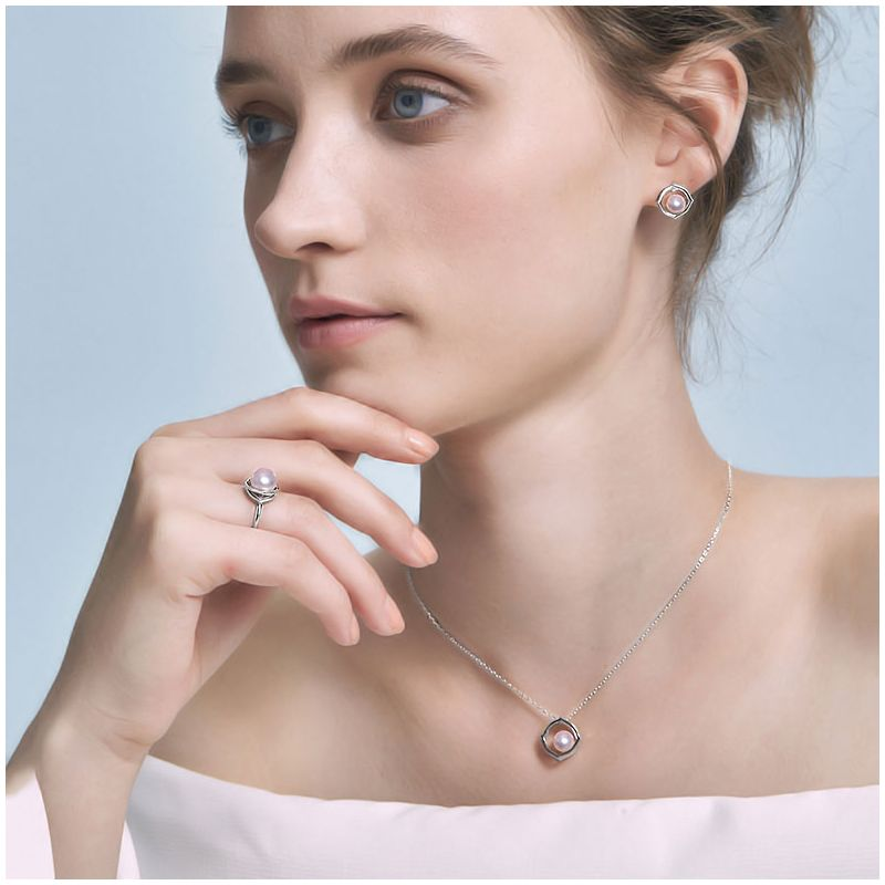 Pendentif, Bague et Boucles Coco Chanel. Perles Akoya, Or blanc, Diamants